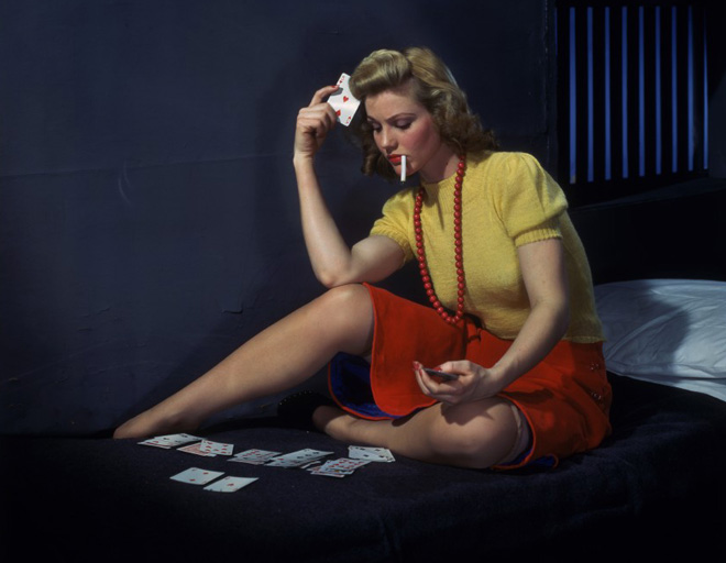 Woman_in_cell_playing_solitaire_660